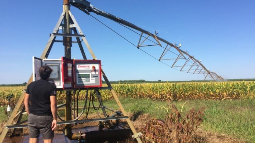 One of the two pivots was already there when Mr. Dupouy took over the farm. It was equipped with two control boxes, one for the remote management system and the other for the VRI technology.