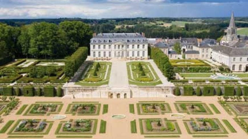 The château de Grand-Luce, to the south of Le Mans in the Sarthe region, is only 55 minutes by train from the centre of Paris. It is one of the most magnificent examples of 18th Century neoclassical French architecture and landscape gardening, not only in the Loire valley but in the whole of France. This beautiful limestone structure built in 1889 on the site of an ancient medieval château was in need of significant restoration. The American Marcy Holthus has been the new owner of the château du Grand Luce
