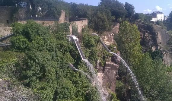 The extraordinary gardens of the Misery Quarry in Nantes:  installation of a drip system and a cascade in a tropical garden